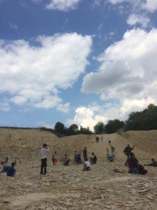 Im Steinbruch klopfen Menschen nach Fossilien. Foto: Larissa Vassilian